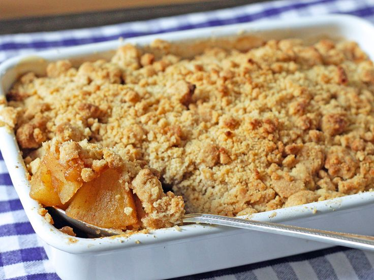 材料は5つだけ、思い立ったら30分でできる、サクサクなアップルクランブル。アップルパイのパイ生地の代わりに、バターの香りたっぷりのクランブル生地をりんごの上にかけて、オーブンで焼きます。イギリスでも定番のデザートです。