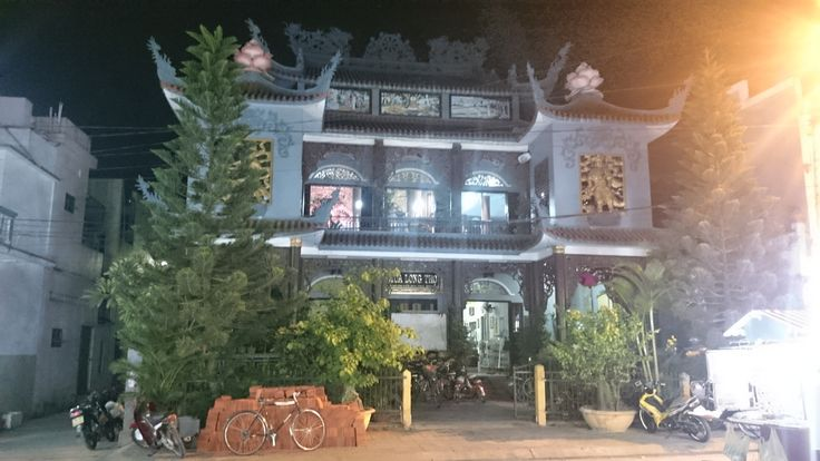 There were amazing sounds coming from this building in Hoi An - Chinese? Symbol sounds and chanting