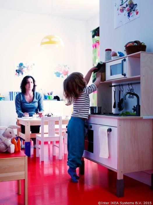 Maaaami, hai la masă! Azi e ziua ta, așa că ți-am făcut un tortuleț.  DUKTIG, Bucătărie de jucărie
