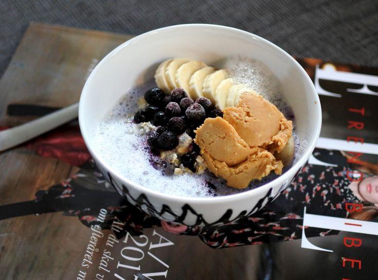 Havre/chiagröt med skummad mandelmjölk, banan, blåbär och ekologiskt jordnötssmör