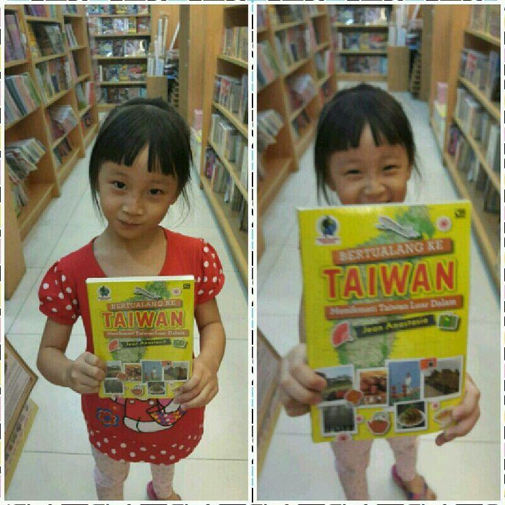 #Gadis #Cilik #style #seperti #bocah  #Korea #Cantik #nan #Imut #yang #selalu #Murah #Senyum #sedang #berpose #memegang #Buku #Bertualang_Ke_Taiwan \^o^/ ㄟ( ̄▽ ̄ㄟ)   #Gramedia #BKT