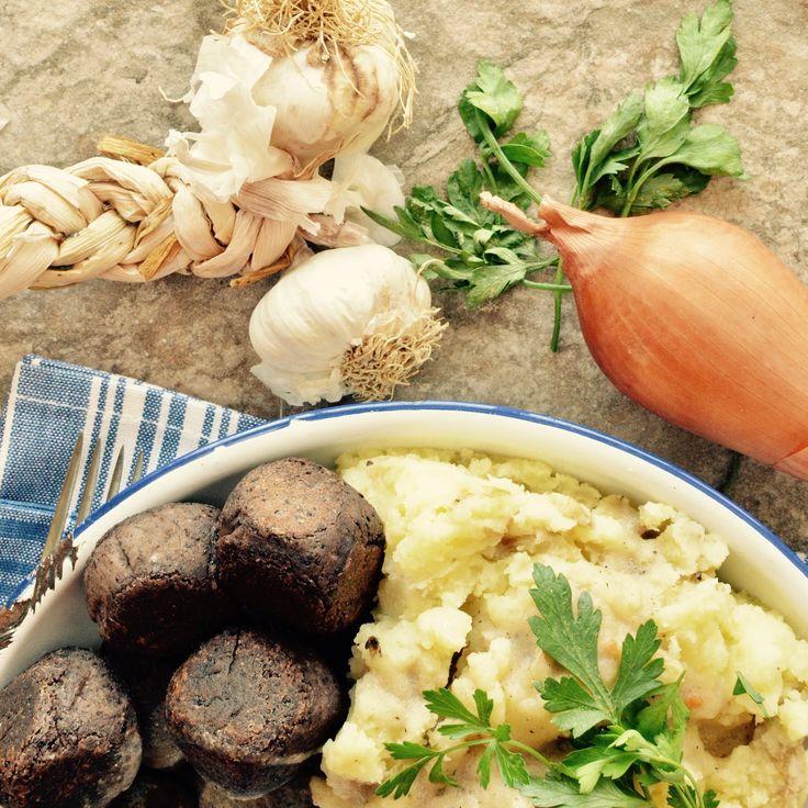 Bönbullar med potatismos och brunsås! Receptet finns i meny 8.  www.allaater.se