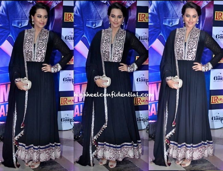 Manish Malhotra was without a doubt the most favored designer of the night. Among the guests spotted in his designs was also Sonakshi Sinha who paired her suit with a BV clutch and neutral peep-toe pumps. She looked good!