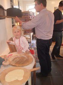 I lördags bakade jag Åstolkakor i en bakugn hos min son. Vi hjälptes alla åt, min man, min son och sonhustru och deras två flickor och j...