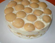 Pudingy uvaříme v 1/2 litru mléka a vmícháme tvaroh s cukrem. Dno dortové formy…
