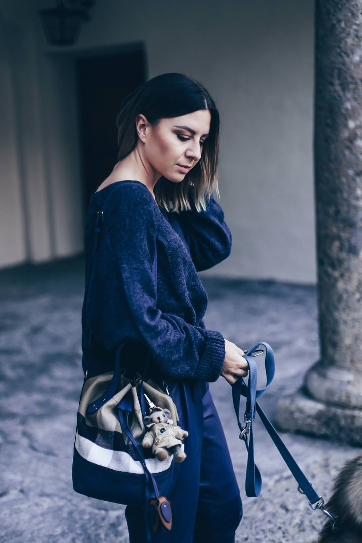 Dunkelblau kombinieren, Casual Chic Styling mit Isabel Marant Bobby Sneaker Wedges, oversize Strickpullover und Burberry Beuteltasche, Herbst Outfit, Herbst Trends 2017, Fashion Blog, Modeblog, Outfit of the Day, www.whoismocca.com