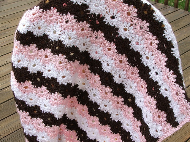 I love the pink and black w/whiteGardens Pattern, Crochet Blankets, Black W White Fre, Afghans Blankets, Crochet Afghans, Daisies Gardens, Brown W White, Beautiful Pattern, Crochet Knits