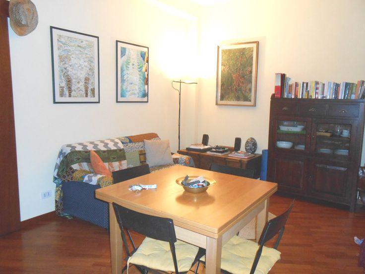 Accogliente zona giorno con divano e cucina