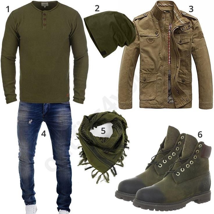 Grünes Herrenoutfit mit Redefined Rebel Pullover, Feinstrickmütze, Gesichtsschal, Timberland Boots, beiger Übergangsjacke und blauer Merish Jeans.