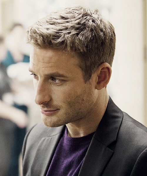 Dean O'Gorman (Fili). He is mildly attractive. <- Mildly??  My heart!  He is magnificently hot!