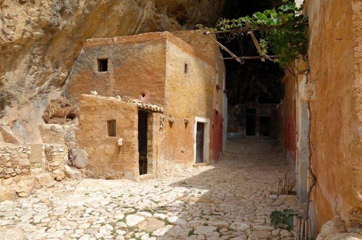 Tra i tanti piccoli e sconosciuti borghi che costellano tutto il territorio italiano, ce n'è uno veramente particolare, la Grotta Mangiapane, in provincia di Trapani. Non è un Borgo nel senso classico