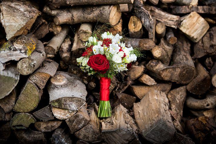 Rood met wit bruidsboeket bij trouwlocatie de olmenhorst