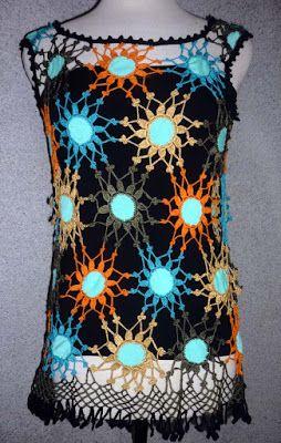 Blusa tejida a crochet  en hilos de colores negro, turquesa, anaranjado y beige con aplicaciones de tela azul claro, Talla M