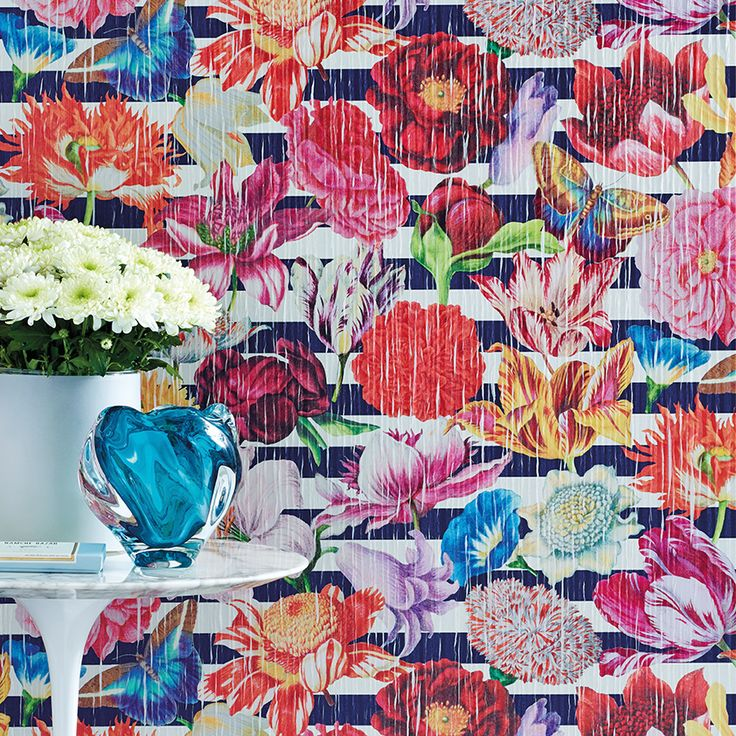 SAHCO BELFIORE. Non-woven wallcovering with horizontal block-stripes and a three-dimensional flower design.