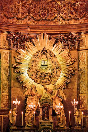 A imagem original de Nossa Senhora de Nazaré fica exposta no Glória, localizado sobre o altar principal do Santuário Baspilica de Nossa Senhora de Nazaré - Foto de Breno Peck