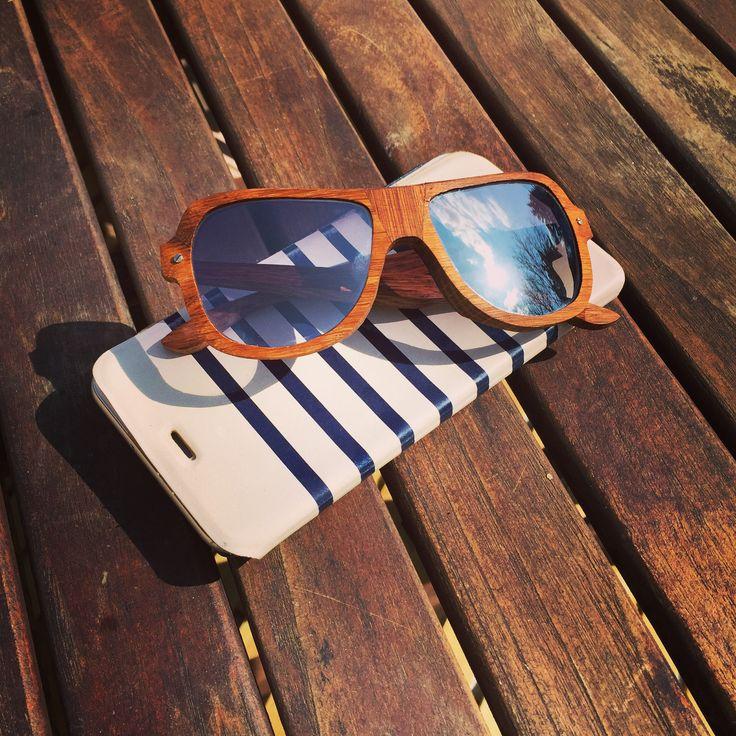 Assemblages de chêne pour une lunette galbée aux formes étonnantes... Verres gris polarisés flash argent... Chic et authentique #woodeyewear #artisanslunetiersdefrance #SaintMartinDeLondres #madeinfrance #lunettessurmesures #luxuryeyewear