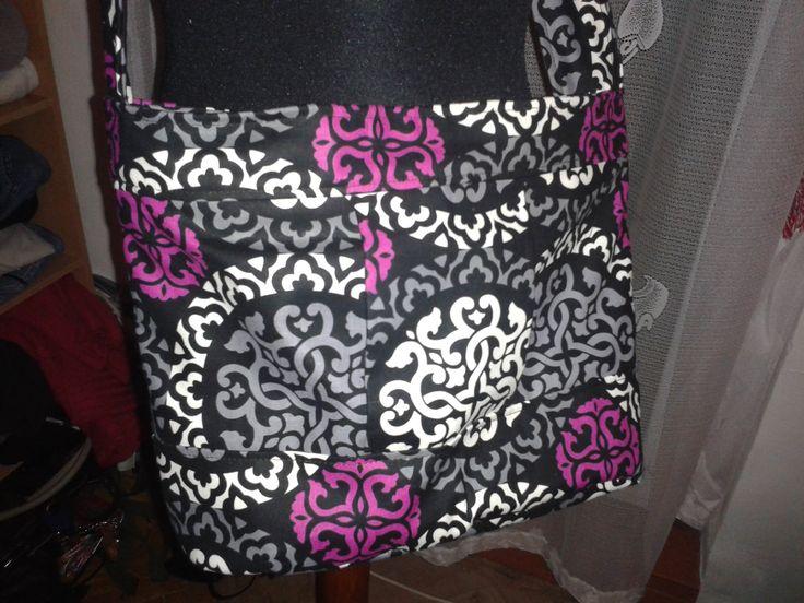 Podrobný postup na látkovou kabelku s ozdobným skladem. Máte dotaz? Není vám cokoli jasné? Nechte komentář, pokusím se dovysvětlit :) Rozměry hotové kabelky:...