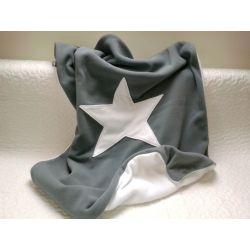 Szary Basic z gwiazdką w stylowym połączeniu szarości i bieli zaprojektowany i uszyty przez looli. Cieplutki, dwustronny, polarkowy, milusi dla dużych i małych dzieci. Wymiary 140/100 (-/+ 2cm).