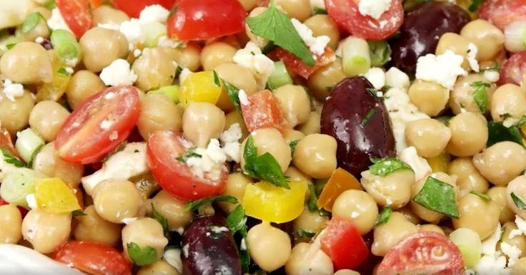 Une belle salade composée de pois chiches, de tomates et de feta...vinaigrette maison au yogourt!