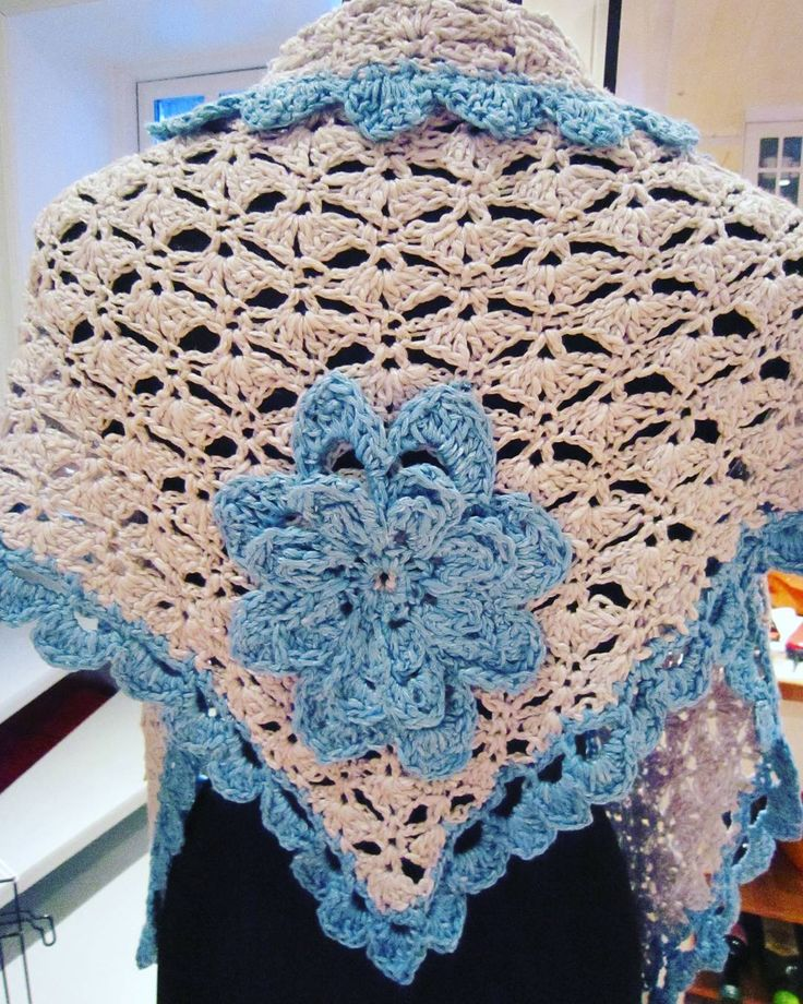 Made this from my own pattern. This time blue and Grey. Link to website in bio #crocheted #crochet #crochetshawl #shawl #shawlwithflower #crochetflower #flower #pattern #juliescreativeworld #handmade #womansfashion #womensfashion #picoftheday #hekle #heklet #sjal #heklesjal #sjalmedblomst #blomst #hekleblomst #håndlaget #damemote by juliescreativeworld