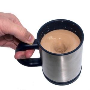 Quand l'utilité rime avec le high tech, cela donne le mug auto mélangeur ! Accessoire pratique par définition, ce cadeau original peut s'offrir pour un collègue de bureau ou tout simplement pour un amateur de boisson chaude. Ainsi, une fois alimenté, il vous suffira simplement d'appuyer sur le bouton mélangeur... Et hop ! Rendez-vous sur notre site internet : http://www.pinklemon.fr ! Pinklemon, le zeste de cadeau fun.