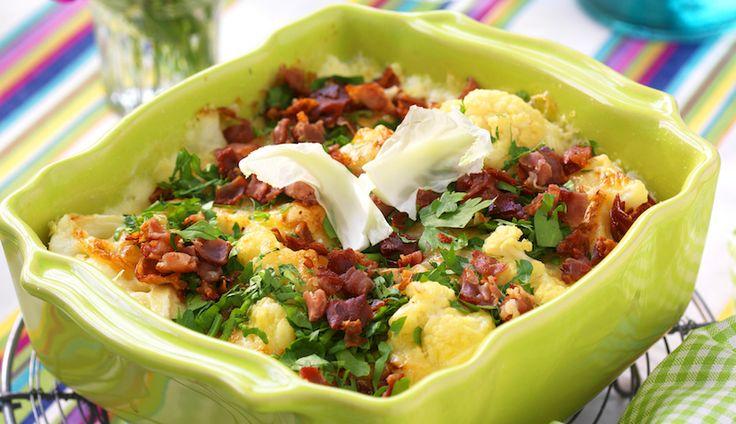 Tre sorters ost ger spännande smak till vår blomkålsgratäng toppad med knaperstekt bacon.