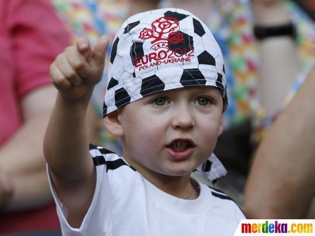 Bocah cilik yang mengenakan topi bertuliskan EURO 2012 bersorak sebelum laga pembuka Grup D antara Prancis melawan Inggris, senin (11/6), di Donbass Arena, Donetsk.