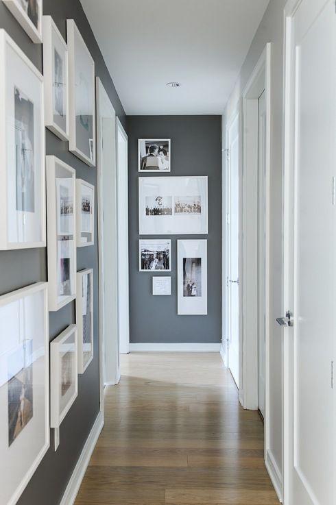 Zdjęcie:  jak wieszać obrazy i fotografie w białych ramkach na szarej ścianie w korytarzu ?