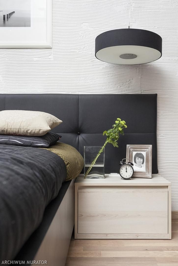 Sypialnia - tapicerowane wezgłowie, struktura na ścianie i prosta szafka