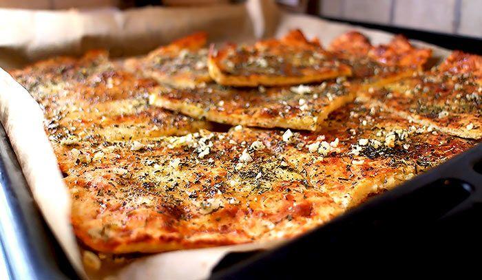 Low Carb und Pizza? Probiere unser glutenfreies und kohlenhydratarmes Low Carb Pizzabrot mit Knoblauch. Mandelmehl, Frischkäse, Flohsamenschalen, ...