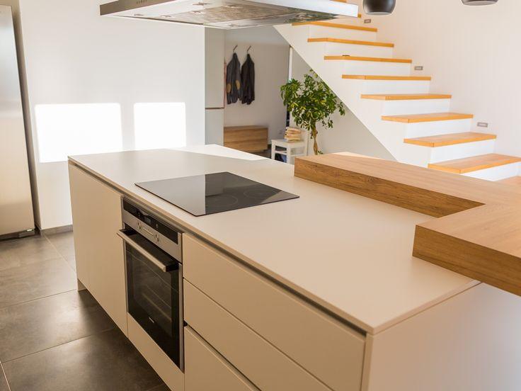 Die Materialien Weiß (Feinhammerschlag) sowie #Eiche Sanremo, fließende Übergänge vom Vorzimmerbereich und moderne Technik: Diese #Küche ist mehr als nur ein Ort zum Kochen.
