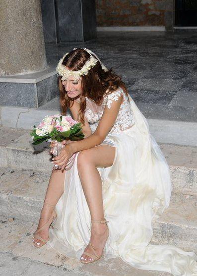 """Αέρινα ρομαντικά νυφικά : """" d.sign by Dimitris Katselis """" real bride . Aέρινο ρομαντικό νυφικό από μεταξωτή μουσελίνα και απλικαρισμένη δαντέλα στο κορμάκι , ραμμένη στο χερι."""