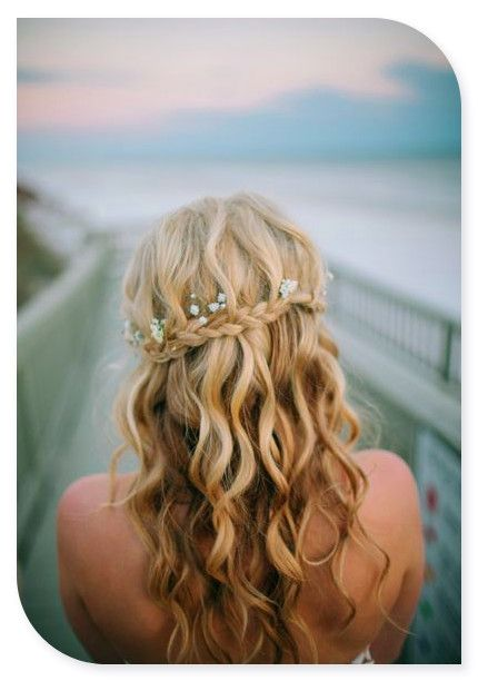 We think the tiny hints of flowers in this #bridalhairstyle are so pretty. #weddinghair