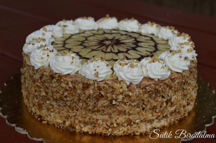 Ha egy könnyedebb, tejszínes Eszterházy tortát kerestek, akkor mindenképpen próbáljátok ki ezt:) A legtöbb helyen vajas krémmel ...