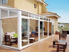 Los Acristalamientos permiten que las molestas inclemencias externas ya no impidan utilizar la terraza, el balcón o el porche.