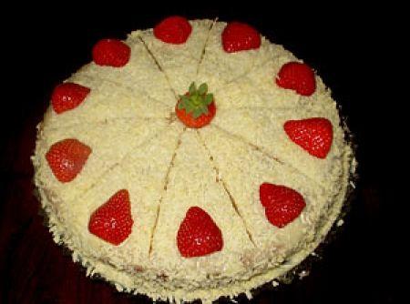 Receita de Bolo de Morango com Creme - bolo e, com a outra, cubra-o e enfeite-o com morangos e chocolate branco...