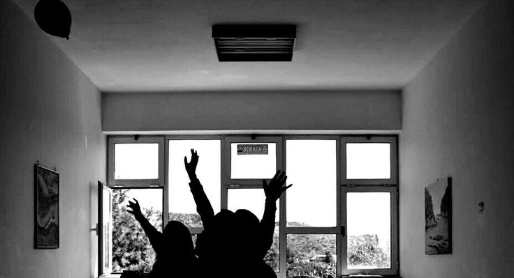 Photo: Νίκη Μαρνέρη | Ηλικία:17 | Μαθήτρια Β' Λυκείου στο 3ο Γενικό Λύκειο Κερατσινίου.  Τίτλος Φωτογραφίας: «Είμαστε ψυχές που προσπαθούμε να σώσουμε ένα κομμάτι της παιδικότητας μας, μα εκείνη την στιγμή σκάει το μπαλόνι και μας φέρνει πίσω στην πραγματικότητα ... »