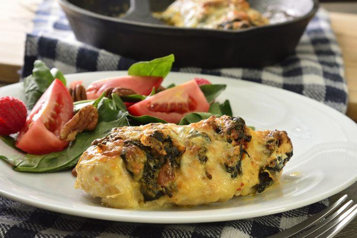 Prueba este rico pollo relleno de queso de cabra, espinaca y gratinado con queso mozzarella. Es cremoso por dentro, muy jugoso y sencillo de preparar. Ideal para la hora de la comida o en la cena, acompañado de un fresco vino blanco.