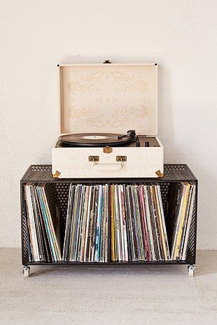 Crosley X UO AV Room Embossed Portable USB Vinyl Record Player (160 libras. UrbanOutfitters.com)