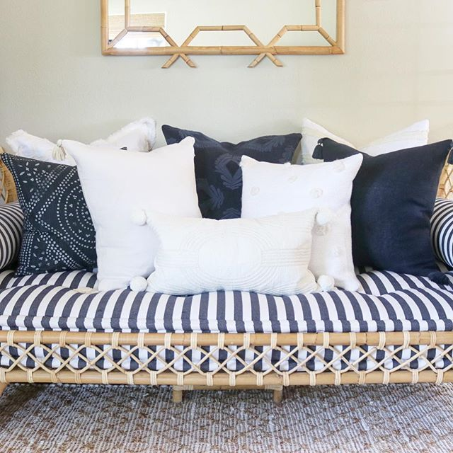 Pin By Jamia Burwell On Cute Bedroom Ideas In 2020 Daybed Pillow Arrangement Daybed In Living Room Daybed Pillows