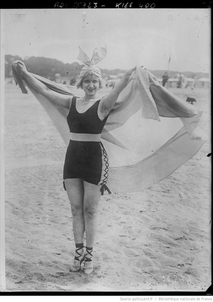 Mlle Gaby Deslys à Deauville sur la plage | Agence Rol | National Library of France | Public Domain