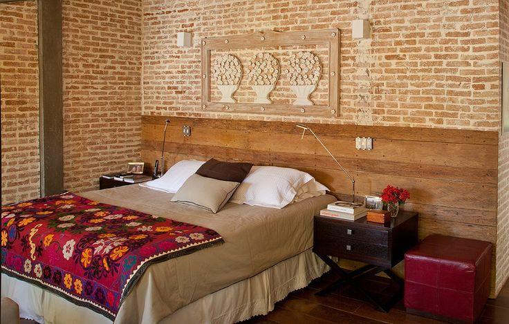 Este quarto, projetado pela arquiteta Flavia Petrossi, dobrou de tamanho depois de ser integrado ao escritório. Destaque para a parede de tijolinhos atrás da cabeceira, feita com madeira de demolição