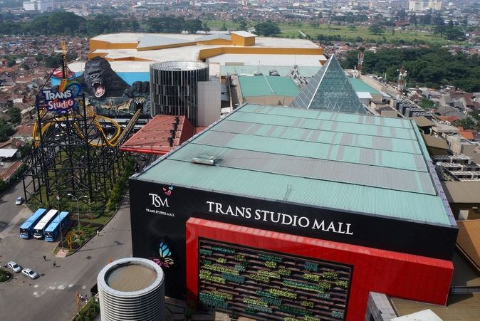 Trans Studio Mall menjadi salah satu ikon wisata belanja yang semakin menambah daftar wisata belanja di kota Bandung. Bandung Super Mall sangat terkenal karena ada beberapa butik atau outlet pakaian ternama. [Photo by thethemeparkguy.com/]