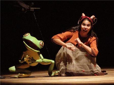 """Cena do espetáculo: """" O Casamento da Baratinha"""" da Cia. Stromboli. Frog marionette"""