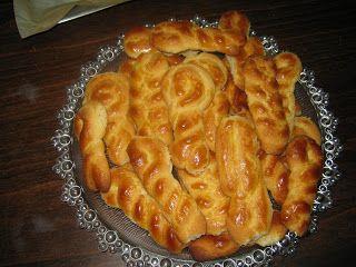 Κρητικά τραπεζώματα: Τσουρεκάκια Πασχαλινά τραγανά μπισκοτένια παραδοσιακή συνταγή της μαμάς