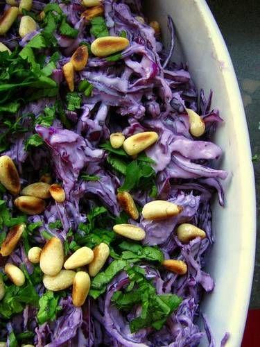 Een werkelijk ongelooflijk lekkere salade met rode kool en tahin. Tahin is hetzelfde als tahini, vrijwel altijd te verkrijgen in reformzaken