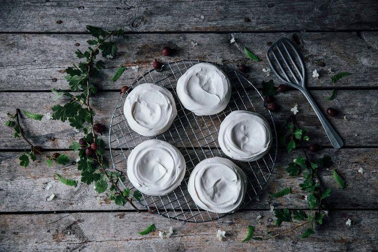 le nostre storie di cibo: mini pavlova di uva spina con composta e fiori commestibili