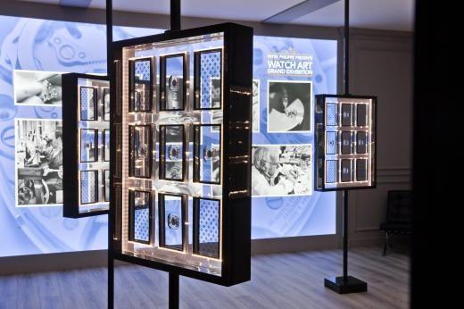 """Rund 50 Uhrwerke konnte man im """"Watchmaker-Cabinet"""" durch drehbare Plexiglas-Vitrinen betrachten."""