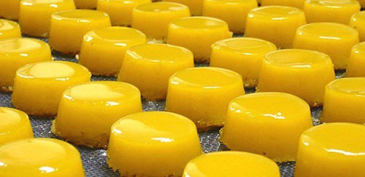 Ingredientes:  - 20 gemas  - 3 xícaras de açúcar (500g)  - 2 xícaras de leite de coco  - 1 colher de manteiga  - 100g de coco ralado  - 1 pitada de farinha de trigo  - Manteiga  - Açúcar cristal