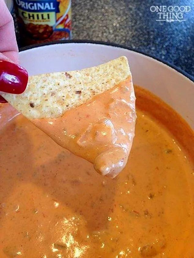 Hafif acı hafif peyniri olsa mesela? Acılı Peynirli Dip Sos Tarifi  1 paket krem peynir 1 TK acı sos 1 kavanoz salsa 3 YK haşlanmış fasulye Bütün mazemeleri bir sos tencersinde bir araya getirin.